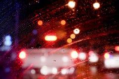 Намочите падение на окне автомобиля стеклянном после дождя, расплывчатую предпосылку стоковое фото