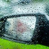 Намочите падения или падения дождя на стекле автомобиля запачканная предпосылка фланк Зеркало автомобиля стоковое изображение rf
