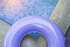 Намочите падение на части фиолетового бассейна кольца Стоковое Фото