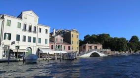 Намочите плавание на канале, путешествие в Венеции, взгляд такси на белых мосте и домах видеоматериал