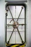 Намочите плотную дверь на корабле, входной двери или непредвиденной двери Стоковые Фотографии RF
