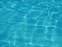 Намочите поверхность бассейна с отражениями солнца стоковое изображение