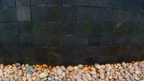 Намочите потеки вниз с стены бассейна на камешке акции видеоматериалы