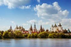 Намочите реку на предпосылке башни и голубого неба стоковое фото