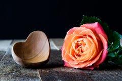 Намочите розовую на деревянном столе стоковое фото rf