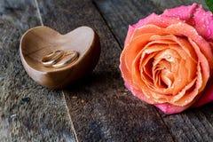 Намочите розовую, сердце и обручальные кольца Стоковое Фото