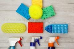 Намочите спрейеры, губки цвета синтетические для очищать и br пыли Стоковые Фотографии RF