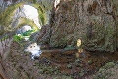Намочите среди пещер Devitakskoy сводов утеса в Болгарии Стоковое Фото