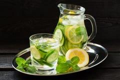 Намочите с лимоном, огурцом, имбирем и мятой Стоковое фото RF