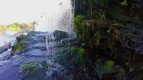 Намочите толчение против утесов, водопад потока, замедленное движение видеоматериал