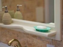 Намыльте белую синь блюда мыла в ванной комнате Стоковая Фотография RF