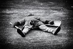 Нанесенные поражение умершие средневекового воина лежа на зеленой траве стоковые изображения rf