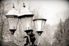 Нанесенный фонарик против неба, старый уличный свет стоковое изображение