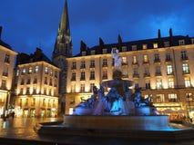Нант, Франция Взгляд ночи квадрата Royale и фонтана стоковое изображение