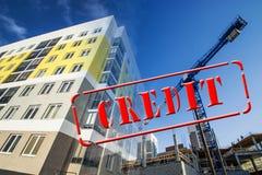 Напечатайте ` кредита ` против конструкции дома стоковая фотография