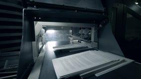 Напечатанные листы двигая дальше длинный транспортер, типографское оборудование видеоматериал