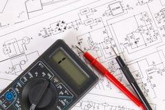 Напечатанные чертежи электрических цепей и цифрового вольтамперомметра Наука, технология и электроника стоковые изображения