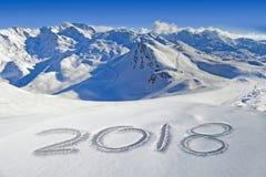 2018 написанное в снеге, гора благоустраивает на заднем плане стоковое изображение rf