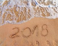 2018 написанное на Новом Годе песчаного пляжа приходит как праздник даты Стоковое фото RF