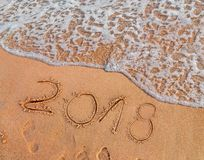2018 написанное на Новом Годе песчаного пляжа приходит как праздник даты Стоковые Изображения