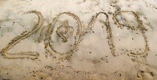 2019 написанное на песке моря с вычерченным сердцем в 0 Стоковая Фотография RF