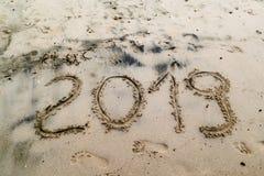 2019 написанное на песке моря с ногой печатает Стоковые Изображения