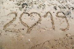 2019 написанное на песке моря с сердцем сформировало 0 Стоковое Фото