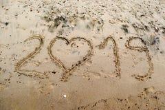 2019 написанное на песке моря с сердцем сформировало 0 Стоковое Изображение