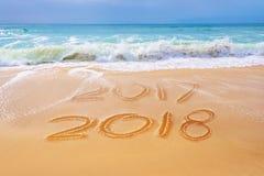 2018 написанное на песке пляжа, концепция Нового Года перемещения Стоковое фото RF