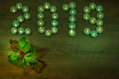 2019 написанное с горя свечами на предпосылке - концепции 2019 Нового Года стоковое изображение rf