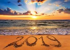 2019 написанный на песке seashore на восходе солнца стоковые изображения