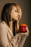 напитка Девушка держа кружку чашки горячих чая или кофе питья Стоковое Фото