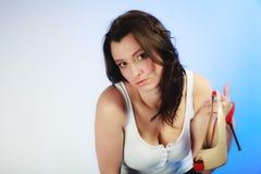 напитка Девушка держа кружку чашки горячих чая или кофе питья Стоковые Фото