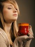 напитка Девушка держа кружку чашки горячих чая или кофе питья Стоковая Фотография