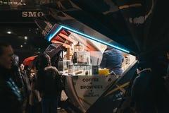 Напитки людей приказывая от кофе и пирожных глохнут в канереечном причале, Лондоне, Великобритании стоковая фотография rf