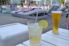 Напитки на среднеземноморском пляже Ла Playa de Ла Barceloneta - Барселоне Испании стоковое фото