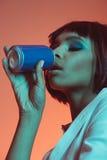 Напиток Афро-американской девушки выпивая от чонсервной банкы с глазами закрыл Стоковые Фотографии RF