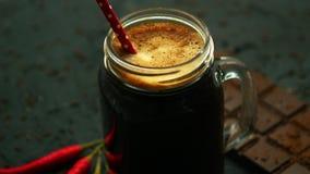 Напиток в кружке и шоколаде сток-видео