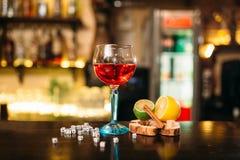 Напиток в стекле, известке, лимоне, соли и кости стоковая фотография