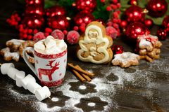 Напиток горячего шоколада или какао с печеньями циннамона и пряника в предпосылке деревянного стола snowon винтажной Стоковая Фотография RF