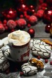 Напиток горячего шоколада или какао с печеньями циннамона и пряника в предпосылке деревянного стола снега винтажной Стоковое фото RF