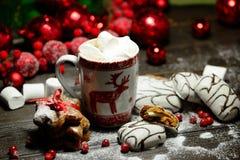 Напиток горячего шоколада или какао с печеньями циннамона и пряника в предпосылке деревянного стола снега винтажной Стоковые Фото