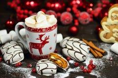 Напиток горячего шоколада или какао с печеньями циннамона и пряника в предпосылке деревянного стола снега винтажной Стоковые Изображения RF