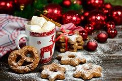 Напиток горячего шоколада или какао с печеньями циннамона и пряника в предпосылке деревянного стола снега винтажной Стоковая Фотография