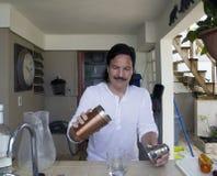 Напиток испанского человека лить дома стоковые фото