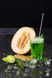 Напиток и дыня на черной предпосылке Зеленый коктеиль с известкой и астрагоном Здоровые, сладостные и вкусные пить Скопируйте кур Стоковое Изображение