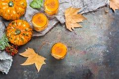 Напиток коктеиля питья спирта осени благодарения с тыквами и листьями Стоковые Фото