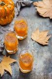 Напиток коктеиля питья спирта осени благодарения с тыквами и листьями Стоковое фото RF