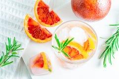 Напиток лета с апельсином и розмариновым маслом крови на белой деревянной предпосылке Плоск-положение, взгляд сверху стоковые фотографии rf