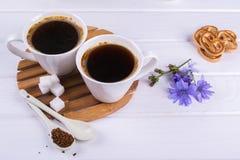 Напиток питья цикория чая чашки кофе горячий с печеньями цветка и сахара цикория стоковая фотография rf